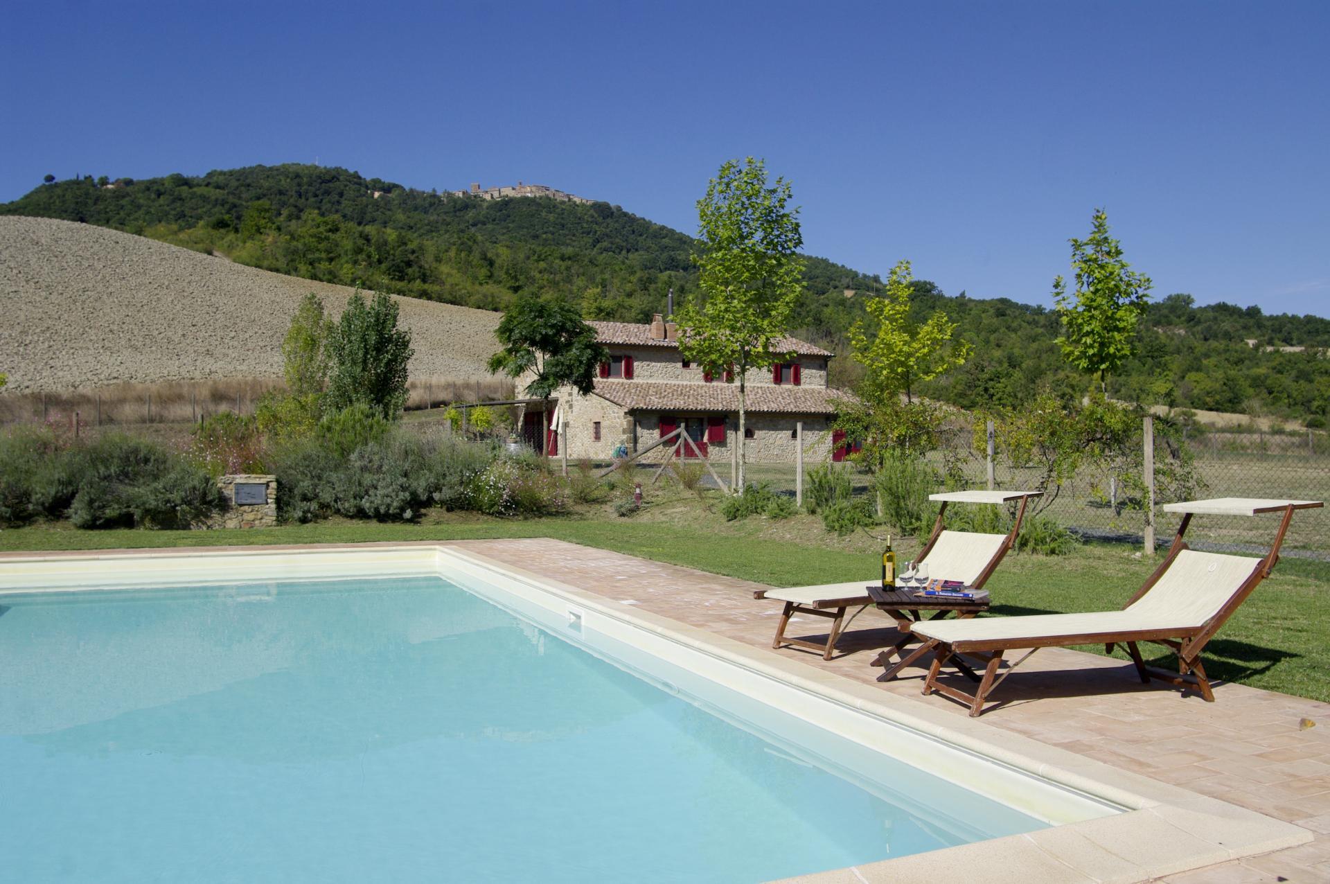 Vrijstaande villa met zwembad in sassa pisa - Zwembad met kookeiland ...