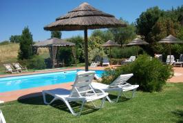 Pool mit Liegestühlen im Agriturismo La Maremma