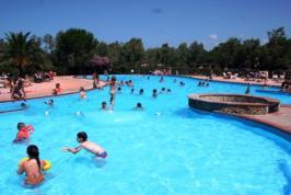 Het zwembad van de nabijgelegen camping