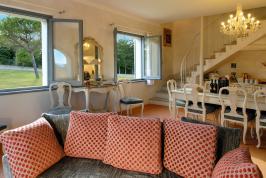 Compact Wohnzimmer mit Sitz- und Essecke