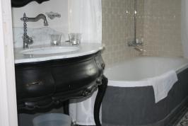 Schönes Badezimmer mit Bad