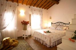 Slaapkamer met tweepersoonsbed en slaapvide