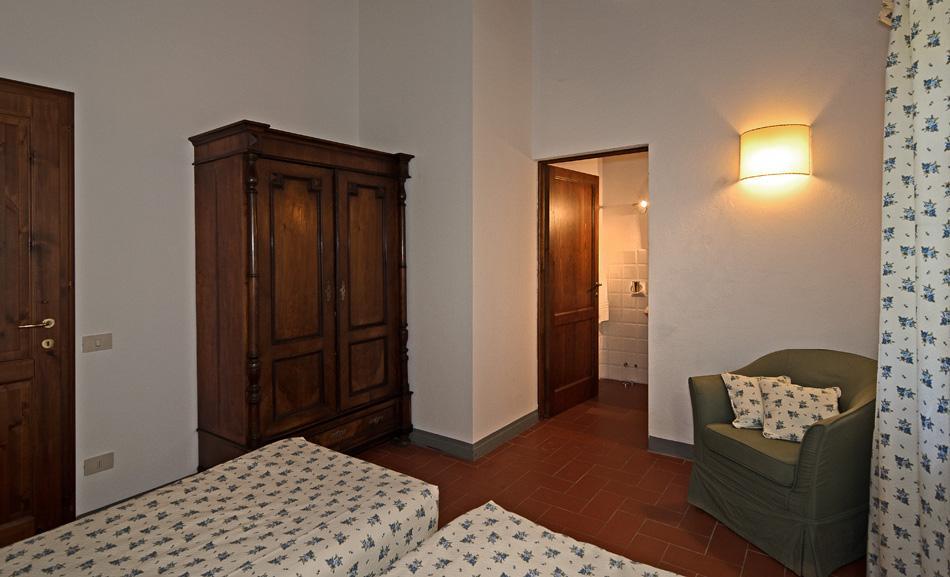 Villa met zwembad op toscaans wijnlandgoed - Meubels originele badkamer ...